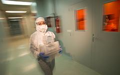 La Técnica Alicia Fraile transportando Obleas en las Instalaciones del ISOM